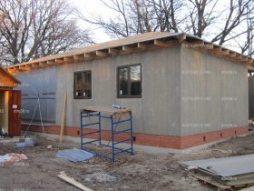 Этапы строительства деревянного дома реке Воронеж. Каркас с деревянными окошками.