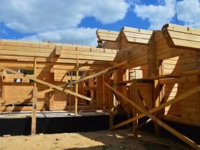 строительство дома из клееного бруса идет по плану