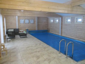 Бассейн в деревянном доме1