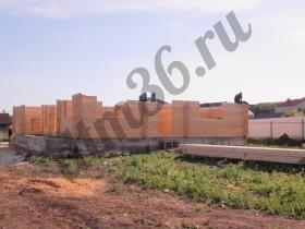 начало сборки стенового комплекта деревянного дома  из клееного бруса