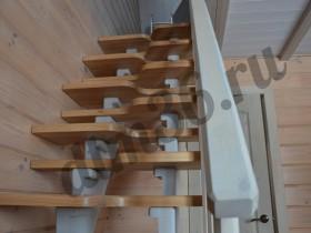 """деревянная лестница со ступенями для """"гусиного шага"""" - идеальное решение для ограниченного пространства, гарантирует удобство пользователя и безопасность, ступени из ясеня."""
