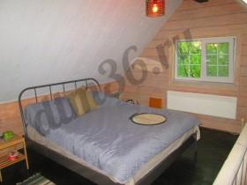 уютная спальня , пространства достаточно для размещения двухспальной кровати размера кинг-сайз.