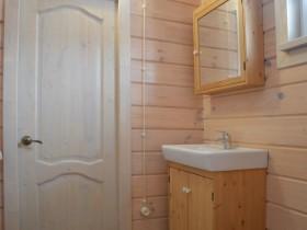 классическое решение для ванной комнаты, мебель из массива дерева.