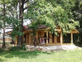 архитектура домов из клееного бруса идеально вписалась в природу средней полосы.