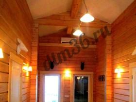 Деревянные балки из клееного бруса в доме из дерева и деревянной бане.