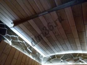потолок в банях может быть выполнен в разных стилях. Например отделан солидными дубовыми панелями.