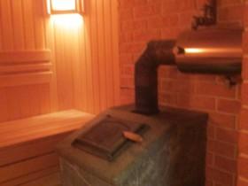 Парилка в деревянной бане. Деревянная баня из клееного бруса.