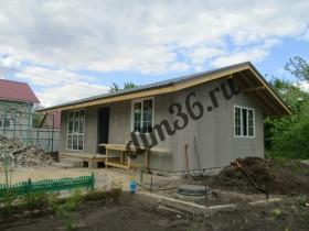 закрываем контур, утепленные стены деревянного каркасного дома с энергосберегающими окнами.